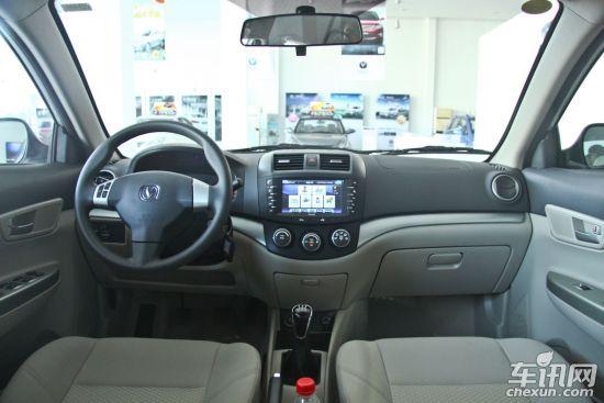 悦翔使用的是BOSCH最新7.8版本电控系统,再加上车身的轻量化设计和一流的机车匹配,使得经过28种不同路面测试的悦翔实际油耗,仅为每百公里6.9升。配置方面:指引灯光系统、三模式声音提示系统,在空调上具备车外温度数显、电子式旋钮、倒车雷达、电动后视镜等增添操作方便性。悦翔车内储物空间达27处,还特别设计了雨伞格。