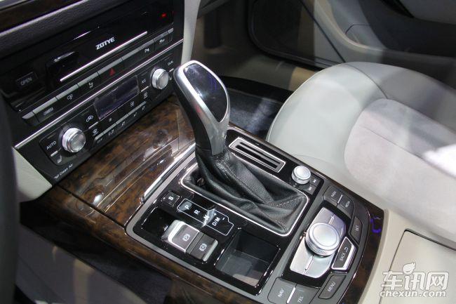 动力方面,众泰Z700搭载1.8T涡轮增压发动机,或匹配6速双离合变速器。新车将配备人机交互系统、360°可视倒车雷达、盲点监测、前/后排I-Drive功能,同时众泰Z700还将应用胎压监测、电子车身稳定系统、全景天窗、后排座椅电动双向调节及语音控制等高端科技配置,有效地提升了众泰Z700与同级车型的对比优势和竞争实力。   总结:众泰Z700的尺寸和轴距确立了众泰Z700中大型的市场定位,而中大型的市场定位,又为众泰Z700提供了优于同级车型的基础条件。这样的定位优势,从车型外观、内部空间等