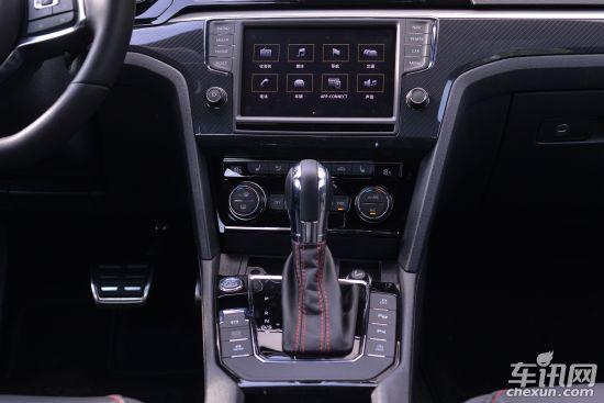 2017款大众凌渡最低报价/图片/配置/口碑/油耗/多少钱/怎么样/空间   2017款凌渡动力部分,新款凌渡230TSI、280TSI、330TSI三款车型依旧搭载高低功率版的1.4T发动机和1.8T发动机。而凌渡GTS车型搭载的是EA8882.0T发动机,凌渡GTS这款发动机的最大功率为220马力,峰值扭矩为350牛·米。新款凌渡在传动系统方面,凌渡230TSI和280TSI车型会匹配5速手动变速箱和7速双离合变速箱,凌渡330TSI和2.