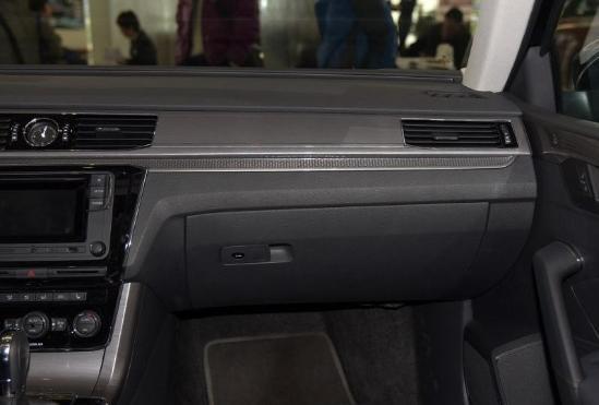 新款大众帕萨特舒适配置方面,这款中高级轿车配置非常丰富。除了常规的自动空调、自动大灯、自动雨刷、RNS510多媒体系统、座椅加热、电动遮阳帘以外,新帕萨特特别为给后排加入了独立温控系统、座椅加热、220V电源、实时同步时钟等高端配置,充分体现了对后排乘客的重视。说到安全性,这辆德系品牌轿车有不少亮点。 24小时全国免费咨询热线:189 1126 5038 马经理 <购车可报销二人单程路费>