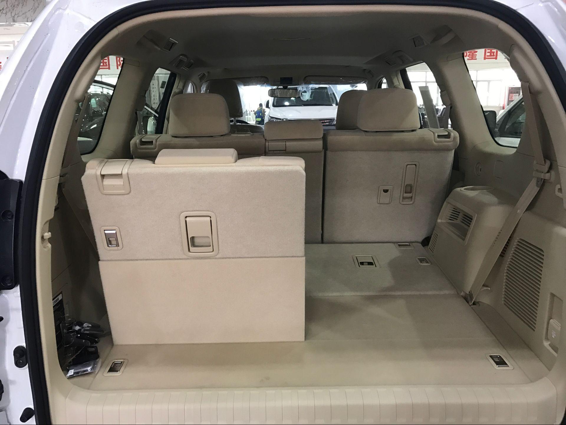 细节方面:17款丰田霸道2700中东版在内饰布局中的改进同样较为细微