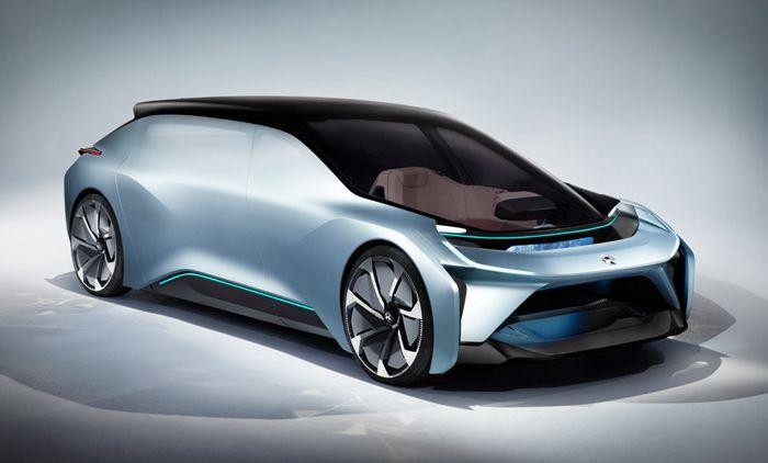 报道】  近日我们从蔚来汽车官方获悉,在2017年4月开幕的上海车展中,蔚来汽车将会展示 11 辆车,并且最新的量产车型也将会在这次的发布会上正式亮相。     根据之前各渠道的曝光,蔚来汽车这次要发布的量产车是一辆纯电动 7 座 SUV。据悉,这款SUV车型将锁定特斯拉 Model X为竞争对手。据报道,新车将会采用 2+3+2 的 7 座布局,车长超过 5 米,宽度超过 2 米,轴距超过 3 米,并且采用全铝车身和底盘以及空气悬挂等配置。     蔚来汽车是由李斌、刘强东、李想、腾讯、高瓴资本以及顺为