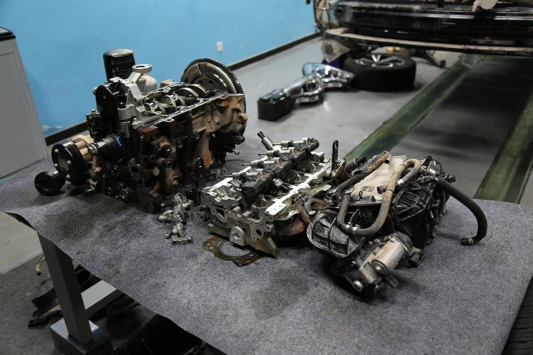 发动机拆解亮点三:高效智能喷油系统   对于直喷发动机来说,喷油器作用至关重要,江淮瑞风S7 1.5TGDI发动机采用德尔福高压喷油系统,喷油嘴采用非对称布置6孔喷油器,有利于缸内燃烧涡流传递,在节能减排提高动力方面有着十分积极的作用。