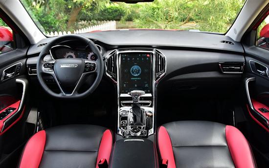 内饰部分,猎豹CS9采用了和CS10完全不同的内饰设计,整体视觉感官上更具科技感,中控区域的12存全触摸多媒体显示屏成了内饰上最大的亮点。配置上,新车全新标配无钥匙进入及启动、18寸铝合金轮圈等。另外,自动空调、MP5+12英寸大屏、全景天窗、主驾驶电动调节座椅都在CS9相应车型上匹配。