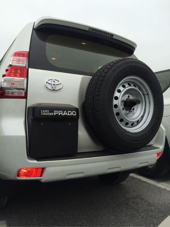 细节方面,17款丰田霸道2700丐版六速作为一款轴距达到2 7 9 0 毫米的大型SUV,第三排座椅就可以自动折叠放倒以增加行李厢空间,操作非常方便。如果有必要,第二排座椅也可以放倒,而此时形成的巨大空间。新款丰田霸道2.7配以高度坚固的车架以及强化的悬架系统,越野能力和通过能力都不可小觑。
