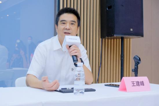 """成都车展上汽荣威展台专访 带你了解荣威""""新狮标+R标""""新战略"""